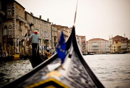 Gondolieri_are_usually_taught_at_Venice_s_male_rowing_clubs_160OhapSh